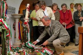 Tekenyei és a türjei nyugdíjasok Széchenyi sírjánál