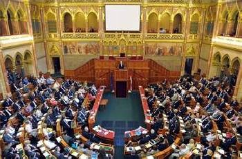 A Sz�chenyi-eml�k�v �s a parlamenti p�rtok
